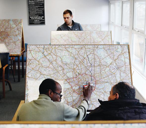 הכשרה לנהגי המוניות השחורות של לונדון. מכירים כל רחוב ומוסד בעיר, ולכן עמדו בלב מחקרים רבים של חוקרי ניווט