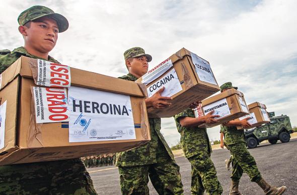 חיילים מקסיקנים מובילים חבילות מוחרמות של הרואין וקוקאין. התוכנית למלחמה בקרטלי הסמים זכתה ליחס אוהד ברשתות החברתיות בזכות אמצעים לא כשרים