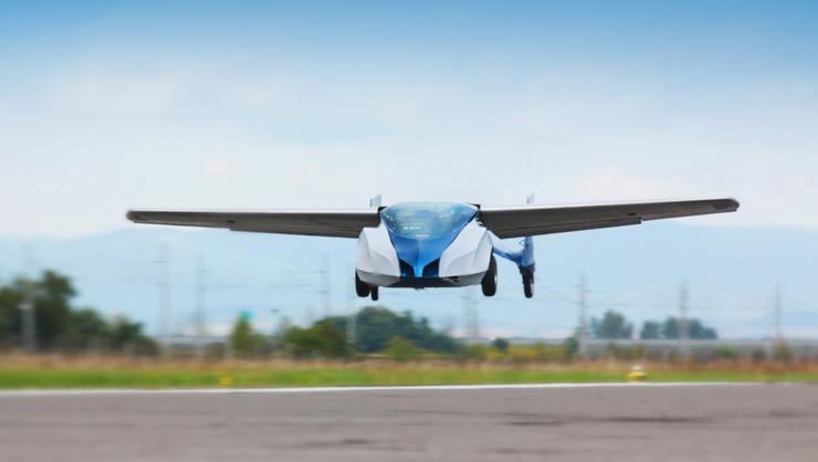"""המכונית המעופפת בפעולה. מהירות ההמראה מגיעה ל-145 קמ""""ש והמטוס יכול לעבור דרך של 690 ק""""מ"""