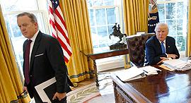 דונלד טראמפ ו דובר הבית הלבן שון ספייסר, צילום: רויטרס