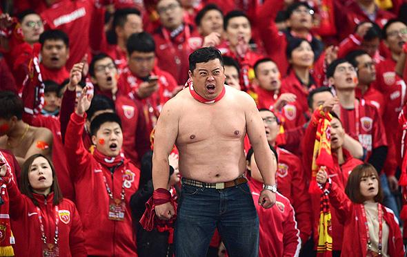 אוהד כדורגל סיני. רוצים להשאיר את ההון בסין