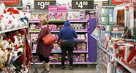 נשים רוכשות בוול מארט, צילום: בלומברג