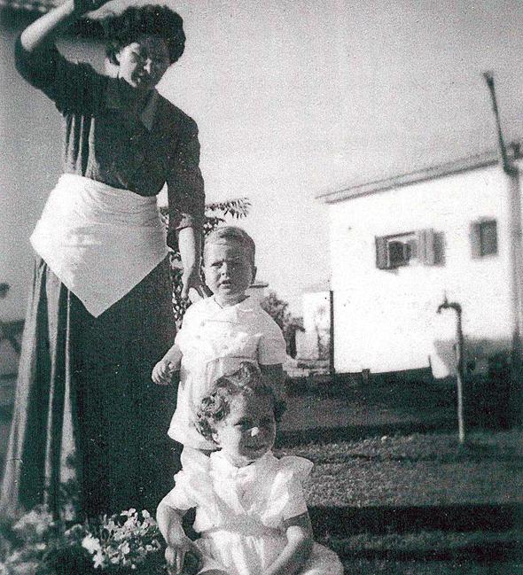 מוסף שבועי 20.4.17 תמונת ילדות של משה בוגי יעלון