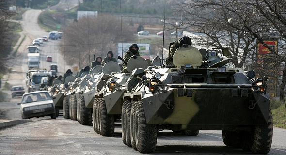 """כוחות רוסיים במסווה פולשים לאוקראינה. """"המתקפה על האמת בארצות הברית היא חלק מהתפתחות היסטורית גדולה יותר. הרוסים שכללו את זה לכדי שלמות וניסו את זה באוקראינה, כשאמרו שהם פולשים לשם כי מדובר בנאצים"""""""