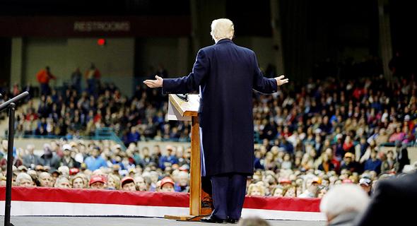 """טראמפ במירוץ הרפובליקני. """"הוא תוקף את הזרוע השופטת, מתייחס לעיתונאים כ'אויבי העם' אגב ציטוט של סטאלין, ומאשים את המפגינים נגדו שהם עושים זאת בתשלום, כפי שפוטין האשים"""""""