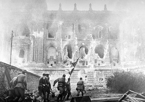 """השריפה ברייכסטאג, שהובילה לשלילת זכויות בגרמניה ב־1933. סניידר מזהיר מ""""שריפה ברייכסטאג"""" אמריקאית, """"אסון שישמש למצב חירום. זה תרחיש סביר"""""""