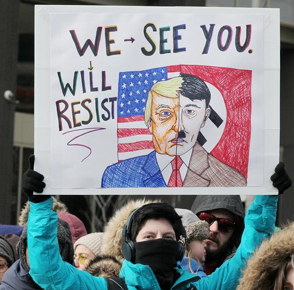 """הפגנה נגד טראמפ בקנדה בפברואר. """"היטלר הוא רק חלק מקשת של תוצאות אפשריות, אבל כל הגישה של 'אי אפשר לדבר על היטלר' היא דרך טיפוסית כדי לא לאפשר לאף אחד לדבר על ההיסטוריה"""""""