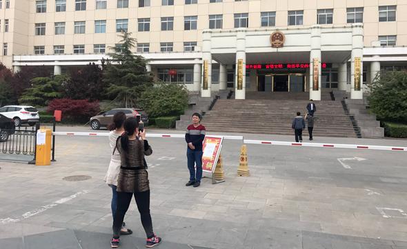 מחוץ לבניין הממשלה של העיירה שיאונג שיין, צילם: אופיר דור