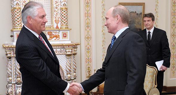 מימין ולדימיר פוטין ומזכיר המדינה האמריקאי רקס טילרסון, צילום: אם סי טי