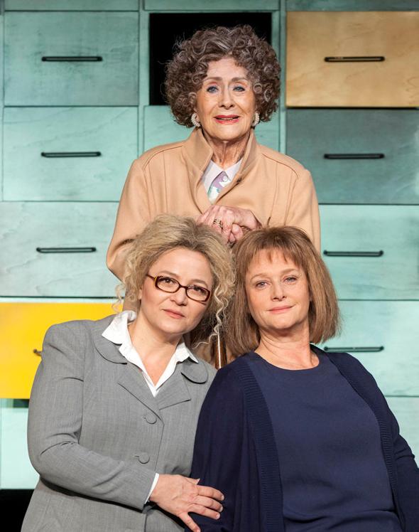 """מרים זוהר עם אודיה קורן (מימין למטה) ושרה פון שוורצה ב""""רשיון לחיים"""". """"יכול להיות שתיאטרון הוא ההצלה שלי"""", צילום: ז"""