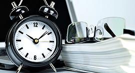 עבודה שעות נוספות שעון עובד עובדים, צילום: שאטרסטוק