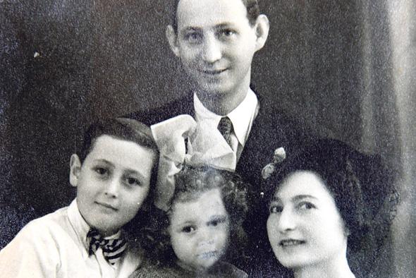 1939. אייבי נאמן בן ה־6 עם הוריו חנה ומיכאל ואחותו אביבה, בת 4, סטודיו לצילום בתל אביב