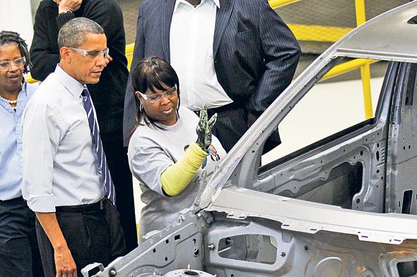 """אובמה במפעל של קרייזלר בדטרויט ב־2010. """"אין ראיות לכך שמאות מיליארדי הדולרים שהשקיע קידמו התאוששות כלכלית"""""""