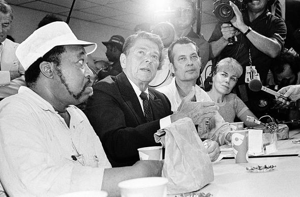 """רייגן עם פועלי קרייזלר בדטרויט ב־1980. """"תעשיית הרכב של דטרויט לא תשגשג מחדש. זה לא יקרה ולא משנה מה נעשה"""""""