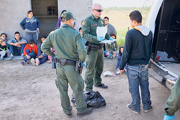 """מעצר מהגרים בגבול ארצות הברית־מקסיקו ב־2015. """"תגובת טראמפ להגירה היא גזענית"""""""