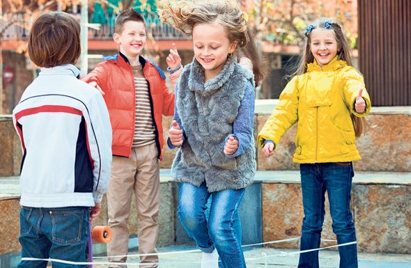 """ילדים בחצר. """"כללי המשחק שלפיהם הילדים שלנו חיים כיום השתנו"""" , צילום: שאטרסטוק"""