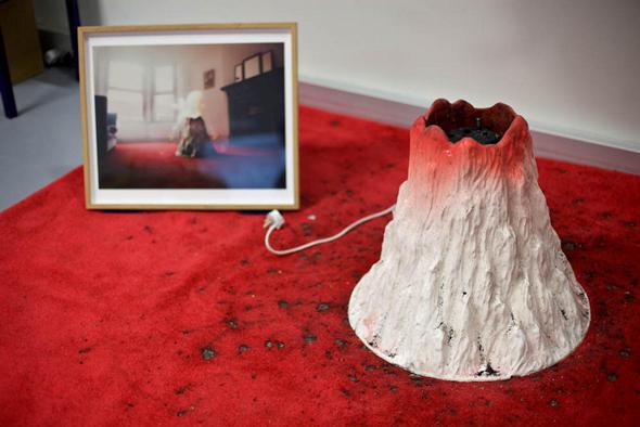 הר געש שפולט חומר דמוי לבה בסלון המשפחתי.. עיצוב של בן חיון