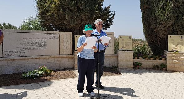 ברטי קורן, לשעבר חברת ארז וניצולת שואה, בטקס השנה ליד האנדרטה, צילום: דוד הכהן