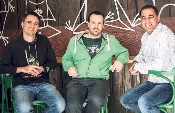 מייסדי JFrog. מימין: שלומי בן חיים, פרד סימון ויואב לנדמן. בוחנים רכישות