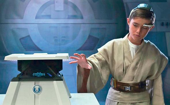 """Star Wars Force Trainer II. משחק שליטה מוחית. המשתמש מציג באמצעות טאבלט סצנה מ""""מלחמת הכוכבים"""" בהולוגרמה. המערכת מודדת גלי מוח שאופייניים למצבי ריכוז ומזיזה את ספינת החלל בהתאם"""