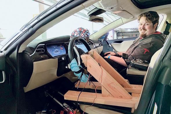 """טסלהפתיק. מכונית טלפתית. מערכת בינה מלאכותית מזהה את דפוסי גלי המוח שנוצרים כשהנהג חושב על המילים """"סע"""" ו""""עצור"""" ושולחת פקודות מתאימות למכונית"""