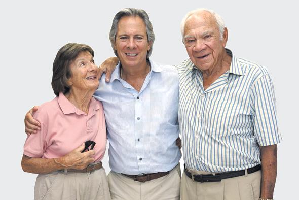 """ליאון קופלר (במרכז), עם הוריו מורי ומרוול. """"אמא שלי התעצבנה ואמרה לו: 'שתית קפה, אבל עוגה כבר לא תקבל, הנה הדלת'"""""""