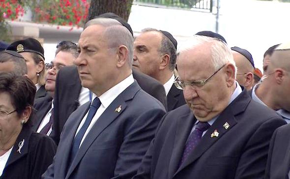 ראש הממשלה בנימין נתניהו והנשיא רובי ריבלין עומדים ב צפירה ב טקס יום הזיכרון, צילום: MX1