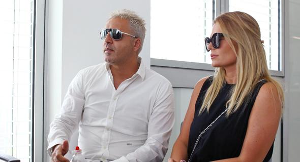 """קובי פרץ ואשתו ענבל היום בביהמ""""ש, צילום: אביגיל עוזי"""