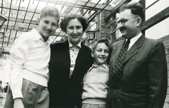 משפחת פרופר: דן (משמאל) עם הוריו ואחיו גד. הקימו את המפעל ב־1946 עם עוד שש משפחות