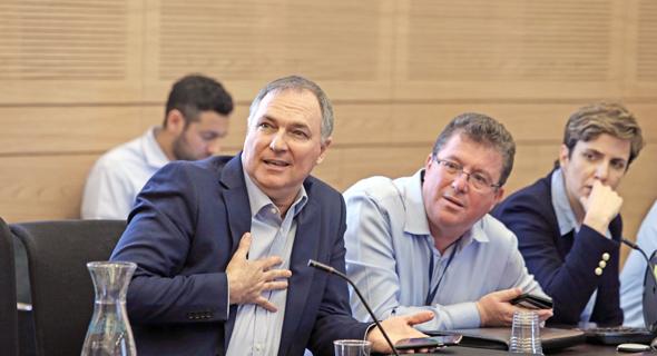 """דיון ב ועדת הכספים על חברות הביטוח משמאל יו""""ר מגדל יוחנן דנינו, צילום: עמית שאבי"""