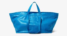 תיק עור שעוצב בהשארת השקית הכחולה המפורסמת של איקאה, צילום: Balenciaga