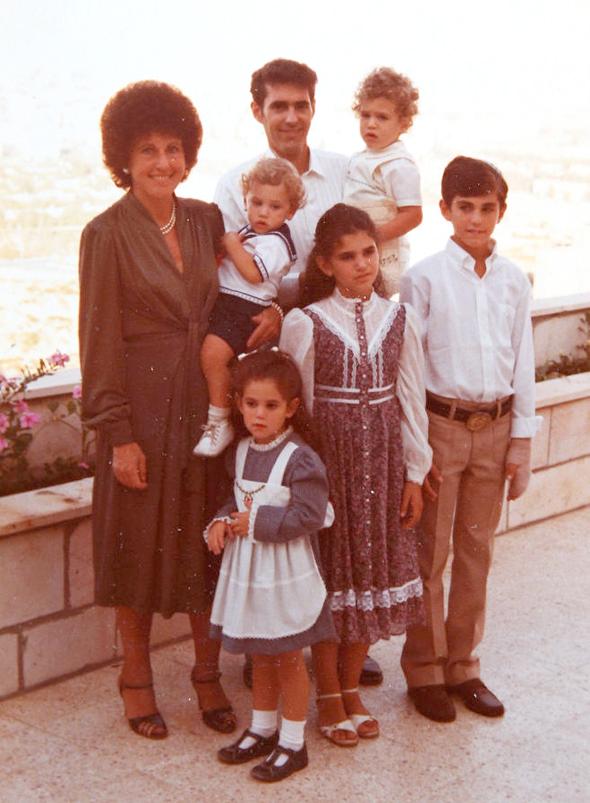 1981. יוסף סידר בבר המצווה שלו, עם הוריו ציפי וחיים ואחיו (מהגדולה לקטן) דליה (10), נועה (4), יואב (שנתיים) ויונתן (שנה), בירושלים
