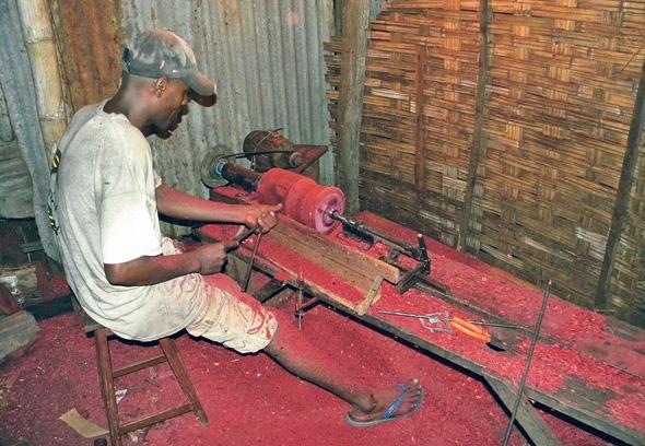 ייצור פריטים מרוזווד במדגסקר