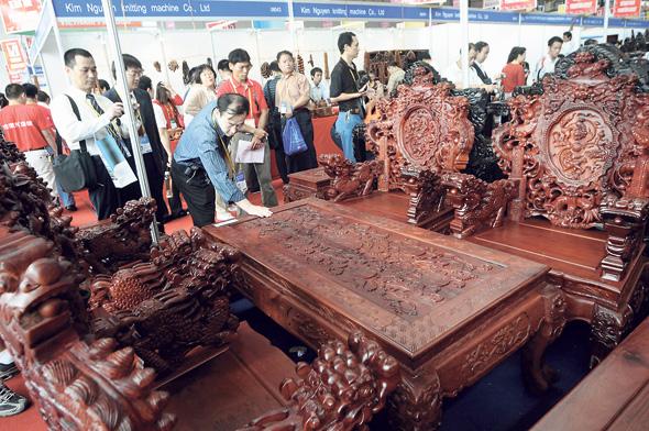 רהיטי רוזווד ביריד בסין. מיטה אחת כבר נמכרה במיליון דולר