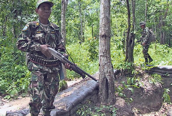שומר יערות בתאילנד מגן על עצי רוזווד. הכורתים משחדים את השומרים, נלחמים בהם, חוטפים אנשי צוות