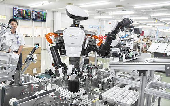 פועלים ורובוטים במערך ייצור