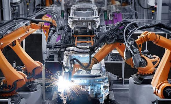 רובוטים במפעל. העובדים מאמינים שהטכנולוגיה תשפיע באופן חיובי על עתידם התעסוקתי