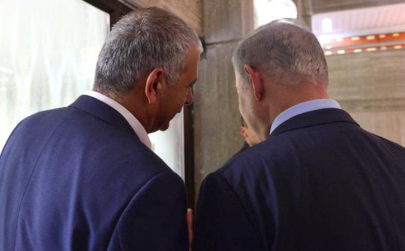"""בנימין נתניהו ו משה כחלון מדברים, צילום: קובי גדעון לע""""מ"""