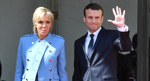 נשיא צרפת עמנואל מקרון ואשתו ברז'יט בארמון האליזה ביום ההשבעה, צילום: אם סי טי