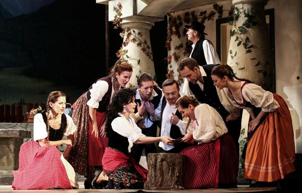 """מתוך """"הרוזנת מאריצה"""". """"זה תיאטרון של העם. הוא צריך לפנות לכמה שיותר אנשים"""", צילום: בית האופרטה הממלכתי של בודפשט"""