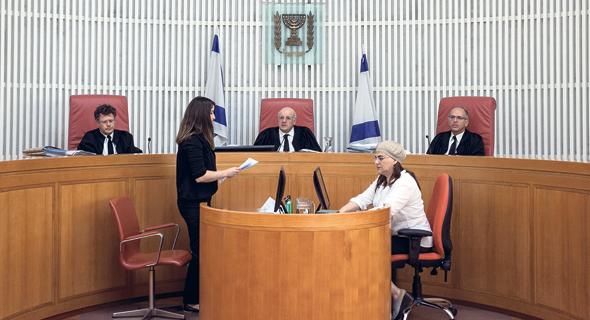 שופטי בית המשפט העליון בדיון אתמול על פיצול התאגיד. מימין: נעם סולברג, חנן מלצר, יצחק עמית