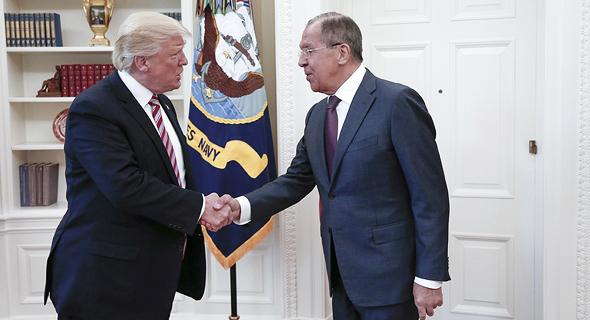 """נשיא ארה""""ב דונלד טראמפ פוגש את סרגיי לברוב, שר החוץ הרוסי, צילום: אם סי טי"""