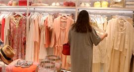 אשה בחנות בגדים, צילום: צביקה טישלר