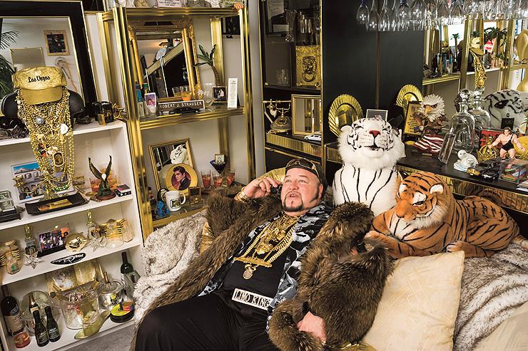 """""""לימו בוב"""", שיקגו. על חזהו נחים 15 קילוגרמים של שרשרות זהב"""