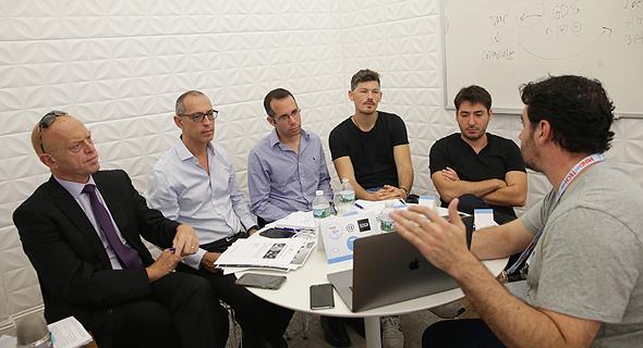 היזם עידו אנגל מציג את הסטארט־אפ שלו Wisdo לקבוצת המשקיעים של טדי שגיא צילומים: אוראל כהן