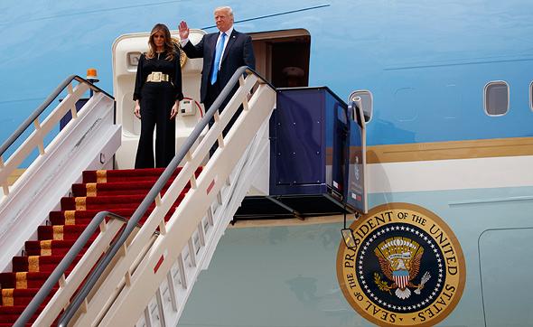 """נשיא ארה""""ב דונלד טראמפ ואשתו מלינה טראמפ בירידה מ אייר פורס 1 בביקור ה נשיאותי ב סעודיה, צילום: איי פי"""