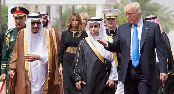 """נשיא ארה""""ב דונלד טראמפ ו אשתו מלינה טראמפ ב ביקור נשיאותי ב סעודיה, צילום: אי פי איי"""