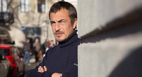 הסופר הצרפתי אוליביה בורדו. הספר כולל גרגירי אבק אוטוביוגרפיים