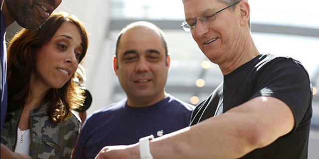 """מנכ""""ל אפל נצפה עונד שעון חכם חדש, לשימוש רפואי"""