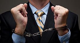 אזיקים מעצר מאסר צווארון לבן, צילום: shutterstock
